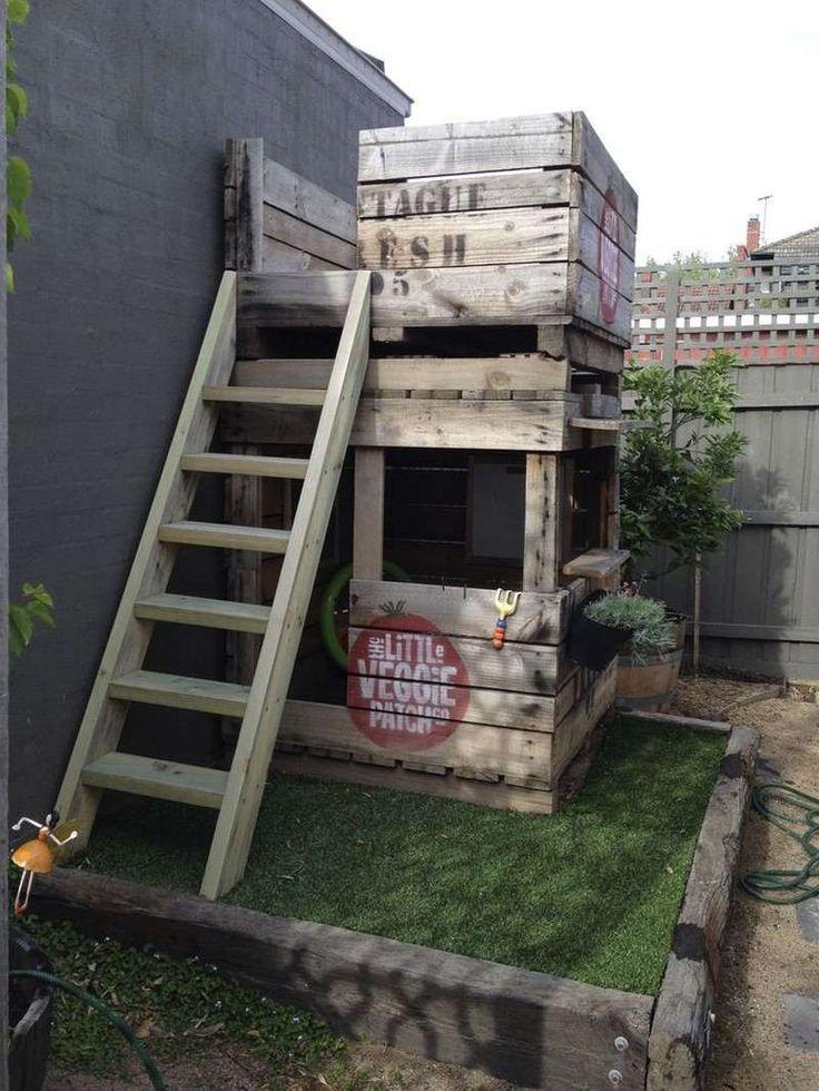 meuble en palette de bois arrière-cour- maison enfant à 2 étages avec échelle