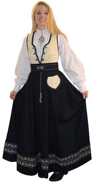 Inkludert i prisen er drakt, skjorte, veske og stoffbelte. Stakken Stakken er av høy kvalitet 100% merinoull og sydd fast til livet. Profesjonelt utført håndbroderi . Drakten er pyntet med bånd. Livet Livet er av høy kvalitet 100% merinoull. Håndbrodert både bak og foran. Pyntet med bånd Skjorte Skjorten er 100%bomull med stående krage pyntet med hvite bånd. Målsøm og Utvidelser Drakten sys ett...