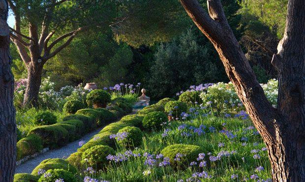 Il bel volume di Electa racconta attraverso le parole del giardiniere-poeta Paolo Pejrone il lavoro che c'e dietro l'architettura di un giardino. La prima ...