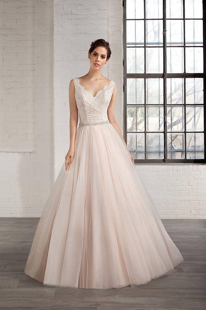 7785, collectie 2016 Lieflijk en romantisch is deze A-lijn trouwjurk met een prinsessen uitstraling. De roze ondergrond geeft een zacht effect op de hele jurk. Het past heel goed bij het lijfje met een V-halslijn en de nog lagere rug. Mooi is de wijde rok met een kort sleepje.  #alijn #schouderbandjes #gekleurd #tule #romantisch #koonings