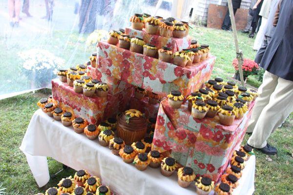 Cupcake displayCupcake Displays, Backyards Wedding, Cupcakes Decor, Colors, Back Yards, Display Ideas, Cupcakes Display, Sunflowers Cupcakes, Cupcakes Rosa-Choqu