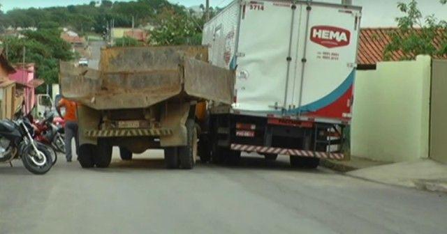 #News  Caminhão da Prefeitura de João Pinheiro é apreendido com documentação atrasada após se envolver em acidente