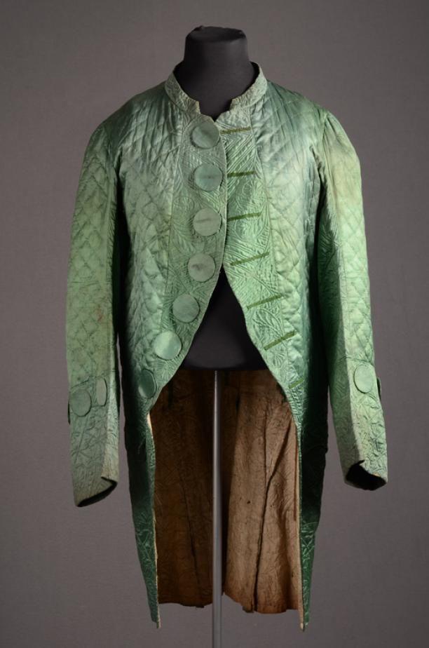 Herenkostuum, ca. 1800-1825. Herenkostuum bestaand uit kniebroek en jas van groene zijde versierd met Zaans stikwerk en zeer grote platte knopen. Modemuze.