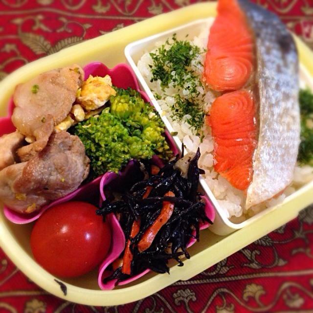 おはようございます(^-^)/ 今日も昨日の夕飯の残り物アレンジです。 - 26件のもぐもぐ - 焼き鮭とブロッコリーと豚肉の中華炒め by もえ