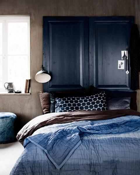 Ambiance bleue dans la chambre / Calde atmosfere in blu e marrone