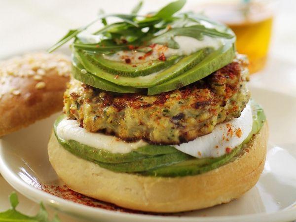 Kipburger met avocado - Libelle Lekker!