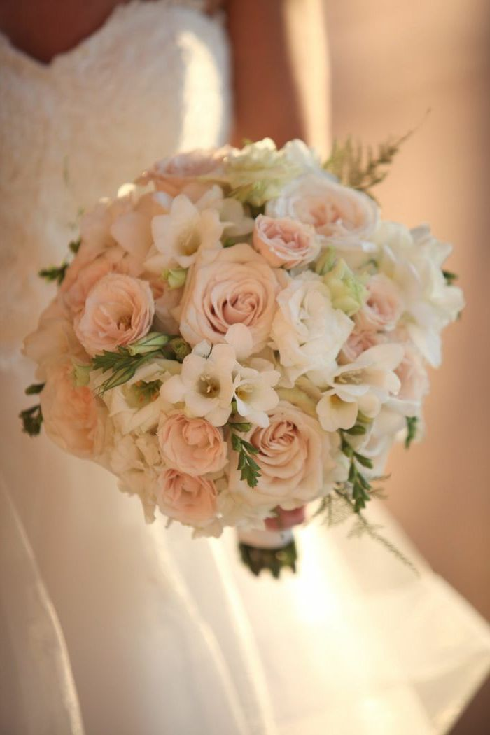 bouquet de mariée rond avec fleurs blancs, bouquet de mariée rond avec roses
