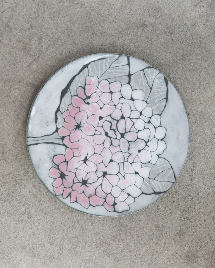 Hortensia Plate | Pentik | The Hortensia products of Pentik Studio collection thrill with their light green and pink flowers. The Hortensia range includes a round plate and two heart-shaped bowls. The bowls are excellent serving dishes, and the plates can be hanged on wall to jazz up the atmosphere. Pentik Studio makes ceramic art for home decoration. We have the passion for creating long-lasting beauty.