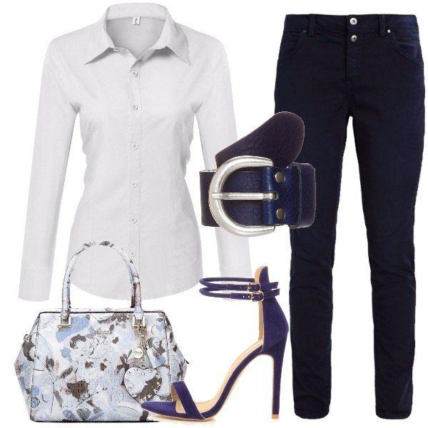 I pantaloni a taglio jeans sono blu scuro ed hanno la chiusura con due bottoni. La camicia è un modello classico ed è bianca. I sandali con tacco a spillo e doppio cinturino alle caviglie sono blu cobalto e sono scamosciati. Blu è anche la cintura con fibbia in metallo opaco. La borsa, firmata Guess, è a mano e con stampe di fiori sui toni dell'azzurro.