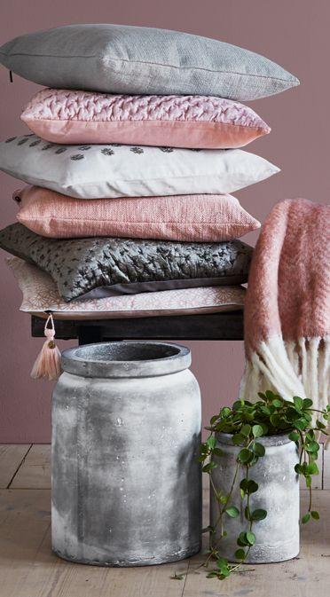 Tekstur og materialer  Sæsonen byder på overflader, hvor der leges med forskellige strukturer i puder og plaids, bl.a. prægning. Vigtige materialer er keramik og glas, gerne i sarte nuancer. Kom ind og se alle nyhederne.  #brostecopenhagen #cozyliving #lanterner #vaser #lys #planter