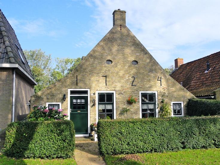♥ Schiermonnikoog, plaats van een unieke cultuurhistorie. Sommige eilander huisjes zijn al bijna 300 jaar oud... en dan te bedenken dat er ooit een heel dorp is weggeslagen!