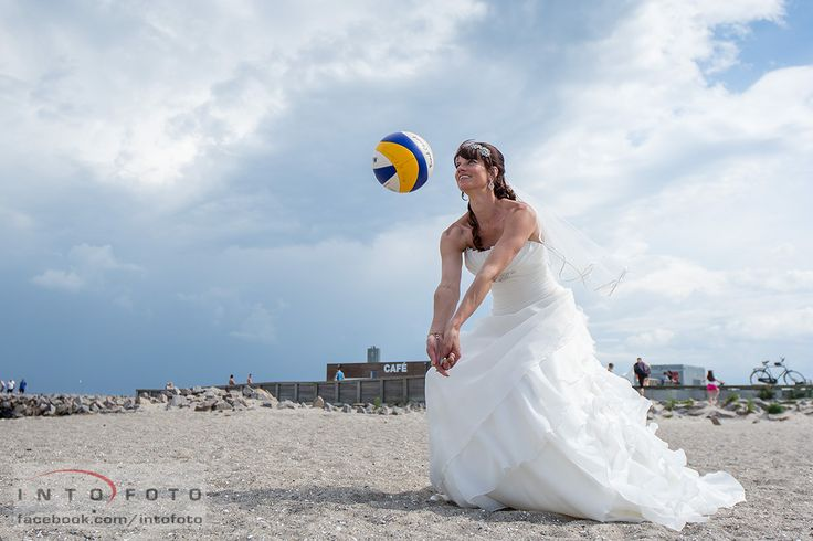 En rigtig volleyball brud #Bryllup #Wedding #Volleyball #Beachvolleyball #Brud #Bride #Bryllupsfotograf #Intofoto #Bryllupsfoto #Bryllupsfotografering #Hillerød #Nordsjælland