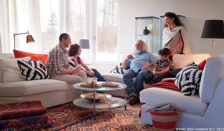 Întinde-te la vorbă! Așază canapeau și fotoliile în cerc și conversațiile se vor lega mult mai ușor.  KIVIK combinație canapea STRIND măsuță cafea PERSISK HAMADAN covor LAPPLJUNG RUTA față de pernă KIVIK secțiune canapea  www.IKEA.ro