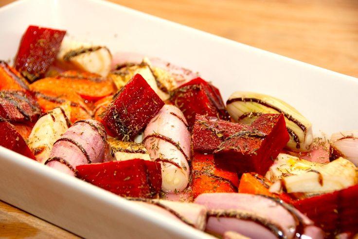 Bedste opskrift på ovnbagte rodfrugter, der steges halvanden time i ovnen. Alle slags rodfrugter kan bruges. Ovnbagte rodfrugter er lækkert tilbehør til blandt andet en langtidsstegt oksefilet, og …