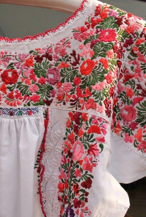 メキシコ刺繍のワンピース 「サンアントニーノ」 メキシコ、オアハカ州のサン・アントニーノという知る人ぞ知る刺繍村があります。 見ていて飽きない細かい刺繍。オアハカに咲く季節の花を思いを込めて刺繍にしま…
