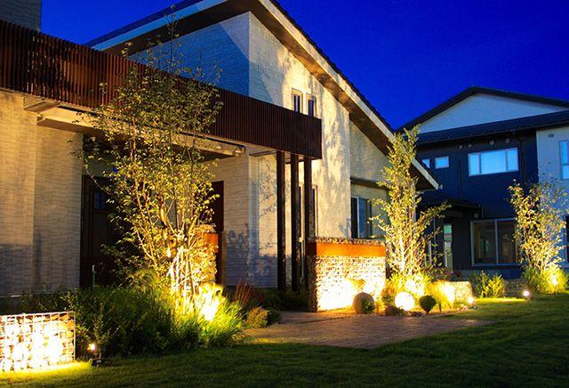 鉄と石の異素材コンビネーション #ledius #lightingmeister #takasho #light #gardenlighting #outdoorlighting #exterior #garden #house #home  #follow #followme #like4like #likeforlike #照明 #施工例 #エクステリア #ガーデン #庭 #家 #エントランス #自然石 #植栽 #コンビネーション #表情 #entrance #naturalstone #planting #combination #facialexpression
