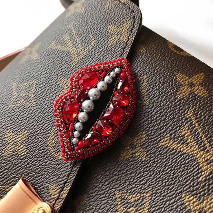 "138 Likes, 1 Comments - @kaunista_jewelry on Instagram: ""В наличии брошь губы из кристаллов и жемчуга #swarovski ♥️ Размер ориентировочно 6х3.5 см ♥️…"""