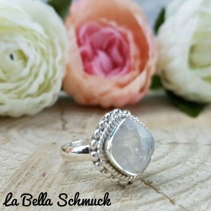 Ring mit Mondstein http://www.labella-schmuck.ch/produkt-kategorie/ringe/