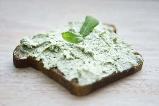 jadłonomia • roślinne przepisy: Co do chleba? Pasta z brokuła.