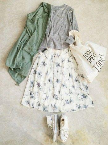 ホワイトベースの花柄スカートに白スニーカーにバッグ、と白を基調にしたきれい目な大人カジュアルコーディネート。グレー×ホワイトにカーキを合わせてこなれ感UP♪