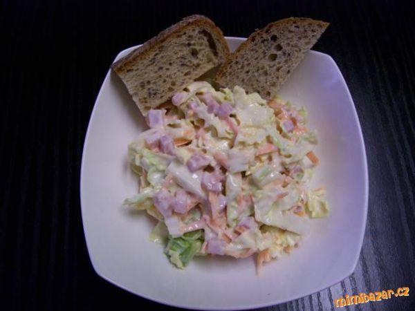 Omyté zelí nakrájíme na nudličky,salám i sýr na malé kostičky/nebo nahrubo nastouháme/ a mrkev nasto...