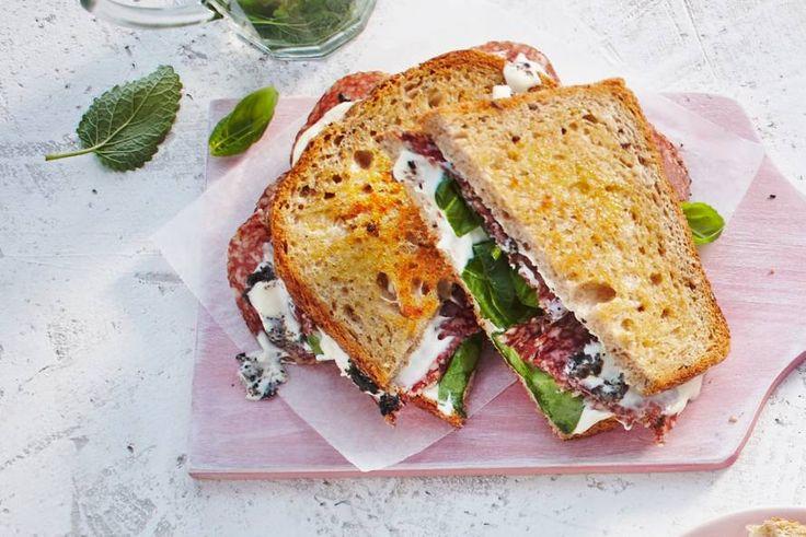 Tosti op z'n Italiaans met mozzarella, truffel, salami en basilicum.- Recept - Allerhande