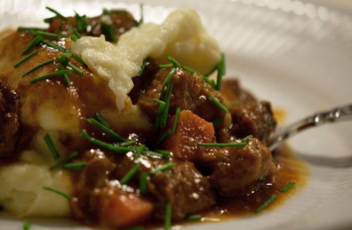 Gullash med kartoffel og persillerodsmos - opskrift på Gullash