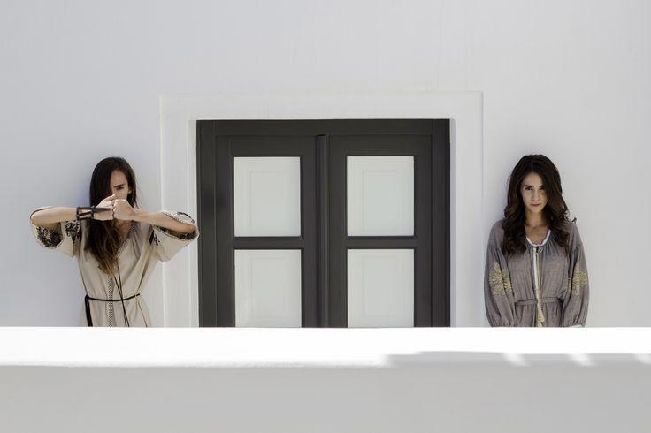 White plasticity. Aenaon Villas | photography Irini Giotopoulou | Ancient Kallos Aegean Light | Aumorfia Linear_A https://thegreekdesigners.com/2016/10/30/aenaon-serenity-in-thira/
