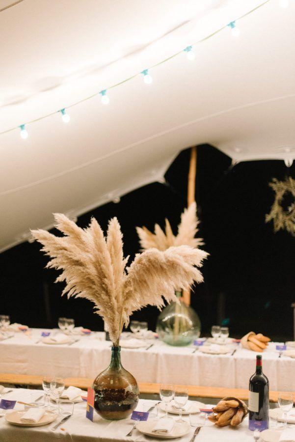 tente berbère,assiettes en céramique blanche, grande dame jeanne avec plumeaux, serviettes brodée personnalisée , chemin lumineux en bougies, guirlandes lumineuses