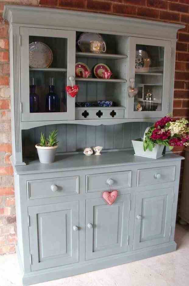 I do love a painted dresser...