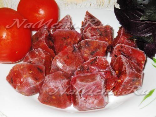 Свежие замороженные помидоры с базиликом