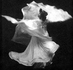 Loie Fuller in 'La danse blanche' (1890s).
