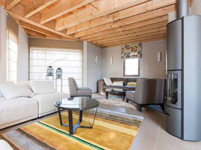 Intérieur • moderne • poêle • poutres en bois • living • carrelage • photo