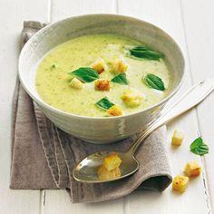 Zucchini goes Asia - als fein pürierte Suppe mit Kokosmilch und Ingwer. Macht garantiert fleischlos glücklich! Zum Rezept: Zucchinisuppe mit Ingwer-Croûtons