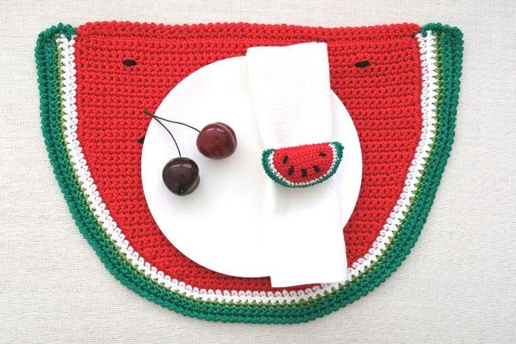 Anguria, menta e gelsomino: pre-collezione estiva 2014 #Centrotavola #Milano. Tovaglietta all'americana a forma di anguria all'uncinetto. Watermelon placemat crochet made in Italy