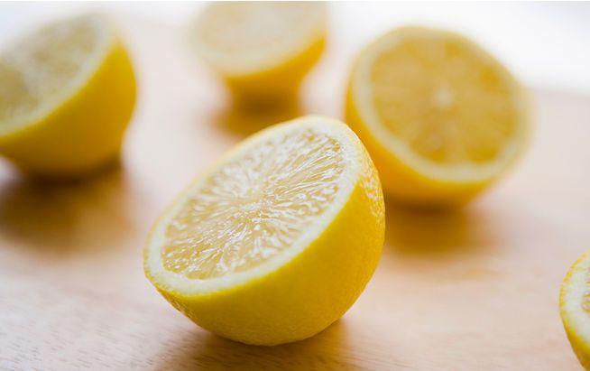 Heiße Zitrone hilft beim Abnehmen, gegen einen Blähbauch und ist reich an Vitamin C