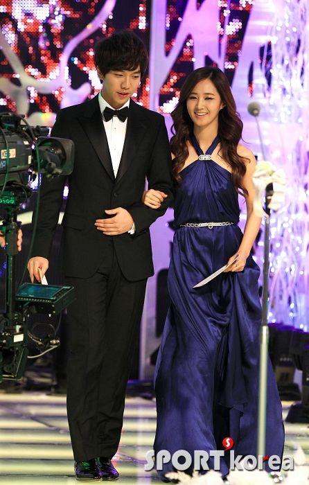 lee seung gi and yoona dating photographs