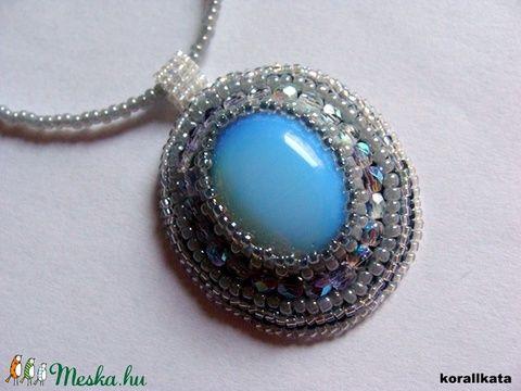 Gyöngyhímzett medál, ezüst-kék színben opatit kaboshonnal (korallkata) - Meska.hu