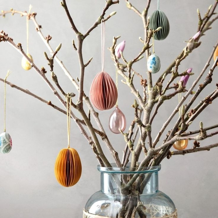 How do you like your Easter twigs? Make it pretty and delicate with deco eggs in hand painted porcelain, recycled paper or colored glass…