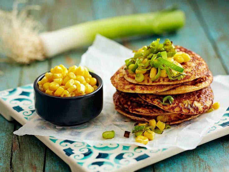 Pilko purjo-maissilettujen lisäkkeeksi avokadoa, tomaattia ja korianteria. Tarjoa lisäksi salsakastiketta ja ranskankermaa