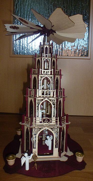 fertige gotische Weihnachtpyramide