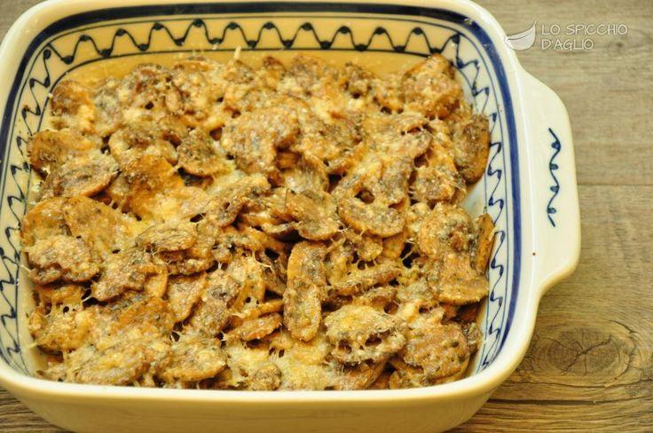 I funghi gratinati sono gustosissimi funghi trifolati che vengono gratinati nel forno cosparsi di Parmigiano Reggiano. Possono essere un contorno, ma anche un ripieno per una torta salata o per un'omelette.