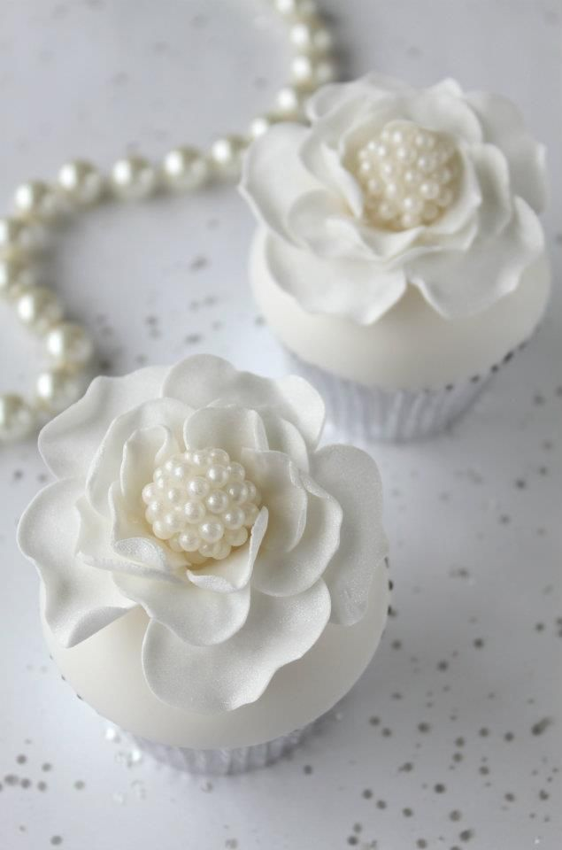 "<3 How gorgeous and Chanel like are these Pearl White cupcakes ❥""Hobby&Decor"" 