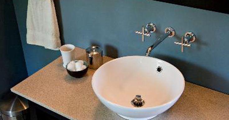 Cómo desatascar un lavamanos de manera natural. Cómo desatascar un lavamanos de manera natural. Sencillos ingredientes como el bicarbonato de sodio y el vinagre pueden destapar los lavamanos. Lo mejor de todo es que podrás arreglar el problema sin verter nada tóxico por el desagüe.