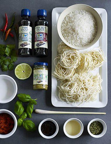 Råvarer til det thailandske kjøkken   Foto: Monica Friedrich Urter: Basilikum (horapa, bai kapao) To av de mest brukte basilikumtypene er en søt typemed en anis- og mynteaktig lukt og smak. Den andre er en mer kraftige type som ofte brukes sammen med chili Chili (prik) Her brukes mange typer av varierende styrke i både fersk og tørket utgave. Galangal (kah) Også kalt thailandsk ingefær. Minner om ingefær, men er noe sterkere og markant i smaken. Brukes i supper og karripasta. Koriander (pak…
