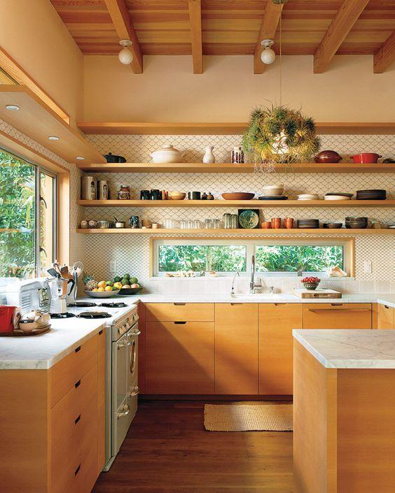 cozinha com prateleira  armarios madeira amarelada