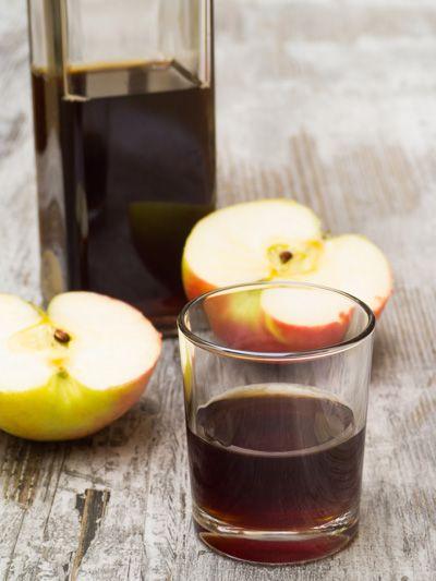 Een dieet met appelazijn zou ervoor zorgen dat je lichaamsvetreserves worden verbrand, je eetlust wordt geremd en je stofwisseling wordt versneld; maar hoe dan!? In dit artikel bespreken we de werkzaamheid van appel(cider)azijn voor afslanken & gewichtsverlies