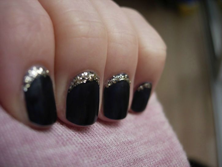 A thin line of glitter on your nails screams classy.