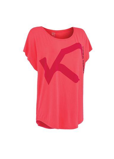 Kari Traa Ringheim Tee er en enkel og stilful t-shirt til yoga, dans og anden træning, hvor bevægefrihed er særlig vigtig. Den løstsiddende model er lavet af et superelastisk og hurtigtørrende materiale som er let og behageligt at have på. Vælg mellem to flotte farver.