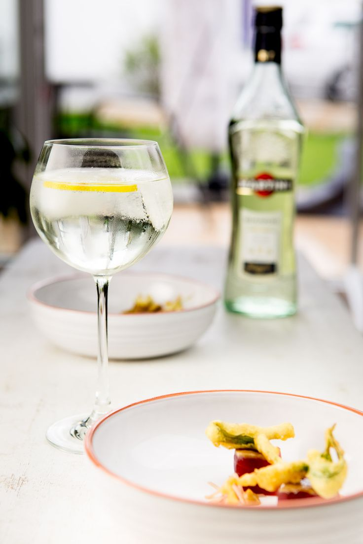 Zu eiskaltem Martini Tonic gibt es Fingerfood: Entenbrust mit Nashi-Chutney und gebackenen Holunderblüten sowie Thunfisch mit Estragon-Tempura.